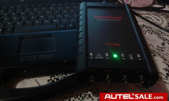 The indicator light of Autel MaxiScope MP408 is lighted.